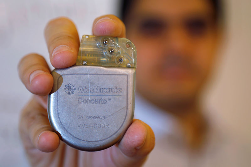 © Reuters. FILE PHOTO: Massachusetts Institute of Technology researcher and graduate student Haitham Al-Hassanieh holds one of the Medtronic heart defibrillators he successfully hacked, at MIT in Cambridge
