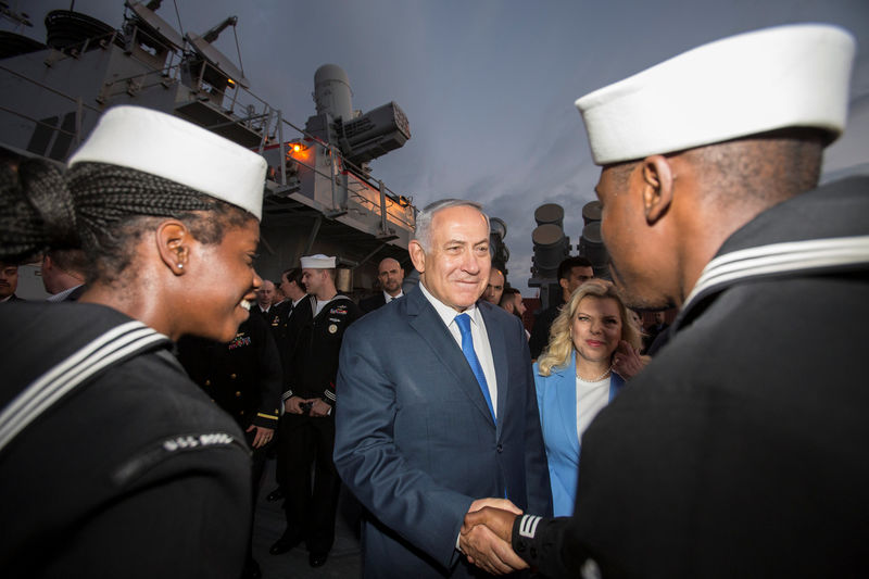 © Reuters. Israeli PM Netanyahu tours USS Ross during a ceremony marking the 243rd anniversary of the U.S. Navy at the Ashdod port