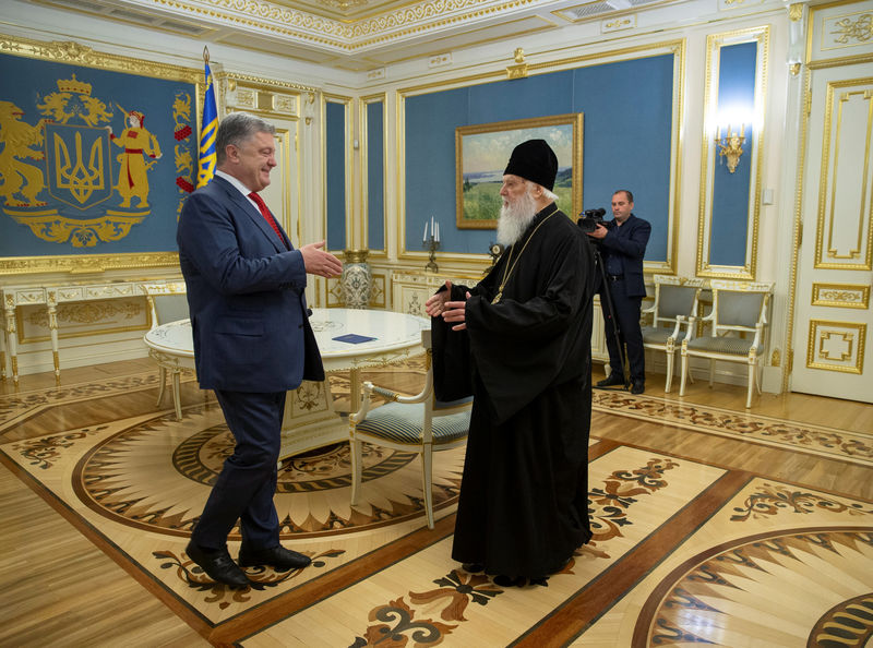 © Reuters. Ukraine's President Poroshenko meets with Patriarch Filaret, head of the Ukrainian Orthodox Church of the Kiev Patriarchate, in Kiev