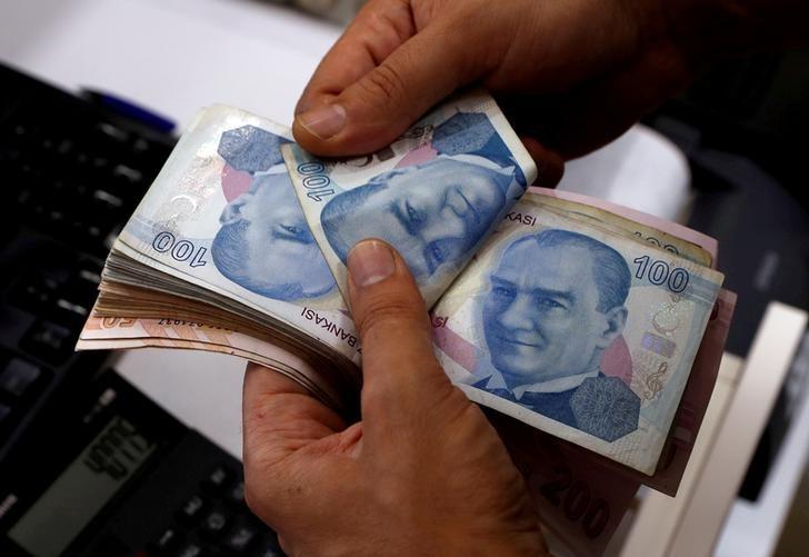 © Reuters. الليرة التركية ترتفع مقابل الدولار قبيل جلسة محاكمة برانسون