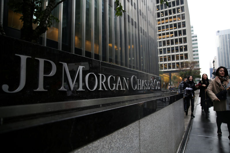 © Reuters. FILE PHOTO: A sign of JP Morgan Chase Bank is seen in front of their headquarters tower in New York