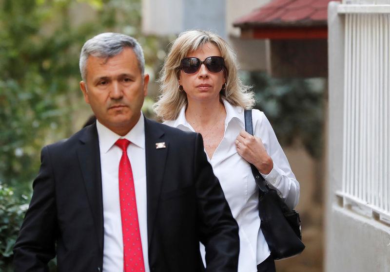© Reuters. Norine Brunson, wife of U.S. pastor Andrew Brunson, departs for her husband's court hearing in Izmir