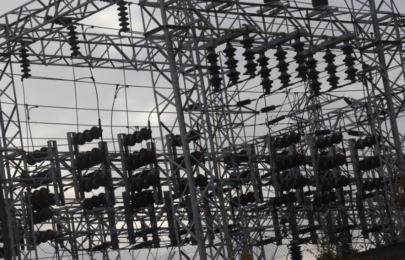 © Reuters. El sector eléctrico cae ante la amenaza de que Gobierno limite precios en la nuclear e hidráulica
