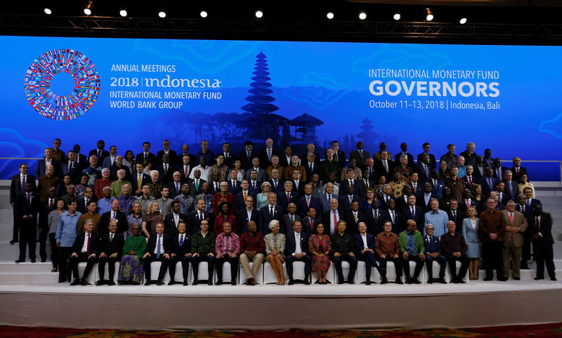 © Reuters. IMF Managing Director Christine Lagarde, Central Bank governors and finance ministers pose for a group photo at the International Monetary Fund - World Bank Group Annual Meeting 2018 in Nusa Dua, Bali