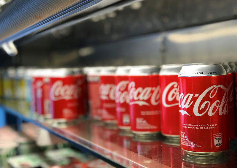 © Reuters. FILE PHOTO: Aluminium Coca-Cola cans are seen at a restaurant in Buenos Aires