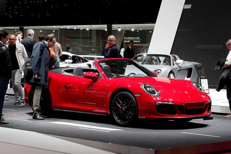 © Reuters. FILE PHOTO: Paris Auto Show