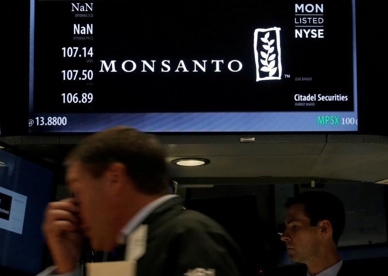 © Reuters. Cotações da Monsanto na Bolsa de Nova York, Estados Unidos