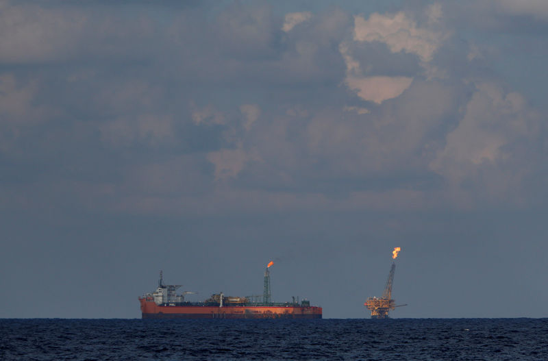 © Reuters. The Libyan floating storage and production tanker Farwah and an oil platform are seen in the Al Jurf Oilfield off the coast of Libya