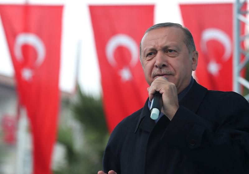 © Reuters. Turkish President Erdogan speaks during a ceremony in Istanbul