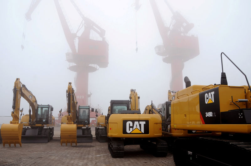 © Reuters. FILE PHOTO: Caterpillar machines are seen at Lianyungang port in Jiangsu