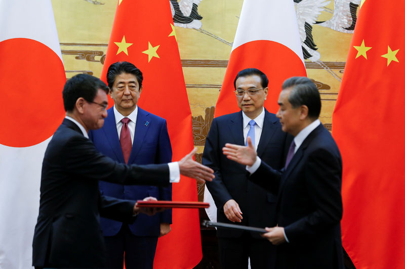 © Reuters. Chinese Premier Li Keqiang, Japanese Prime Minister Shinzo Abe, Chinese Foreign Minister Wang Yi and Japanese Foreign Minister Taro Kono attend a signing ceremony in Beijing