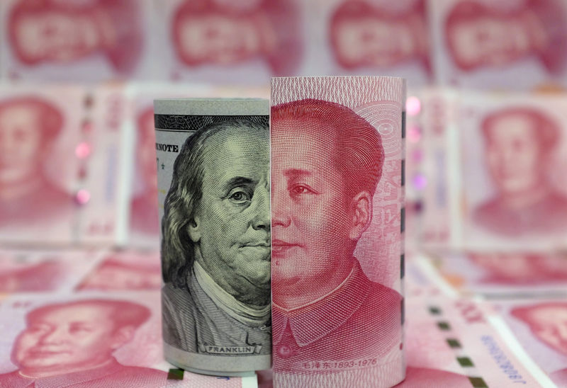 © Reuters. FILE PHOTO: Picture illustration of a Benjamin Franklin U.S. 100-dollar banknote and a Chinese 100-yuan banknote depicting late Chinese chairman Mao Zedong