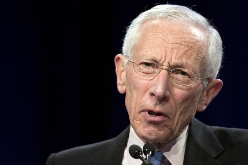 © Reuters. FILE PHOTO: Stanley Fischer addresses The Economic Club of New York in New York