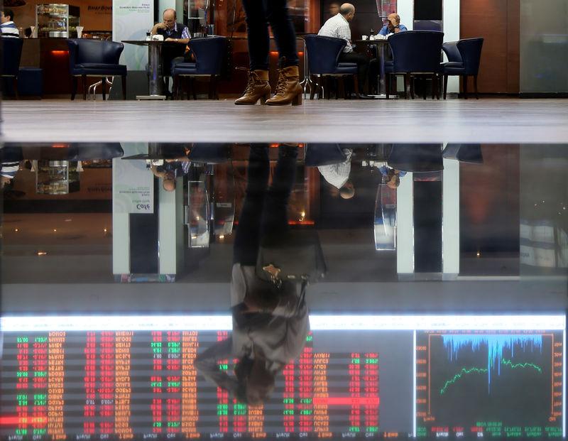 © Reuters. Reflexo de gráfico de flutuação de mercado na Bovespa, São Paulo, Brasil