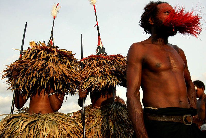 © Reuters. FILE PHOTO: Dancers are seen during the opening ceremony of South Pacific Forum in Port Moresby