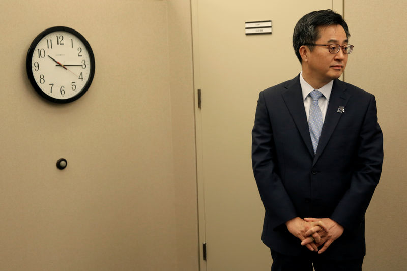 © Reuters. FILE PHOTO: South Korean Finance Minister Kim Dong-yeon waits for U.S. Treasury Secretary Steve Mnuchin before their meeting during the IMF/World Bank annual meetings in Washington