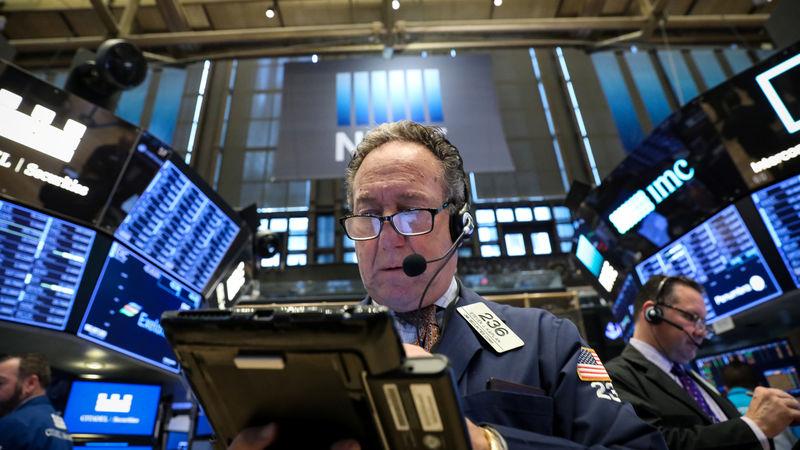 © Reuters. Трейдеры на торгах Нью-Йоркской фондовой биржи
