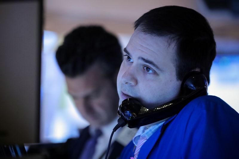 © Reuters. Operatori a lavoro