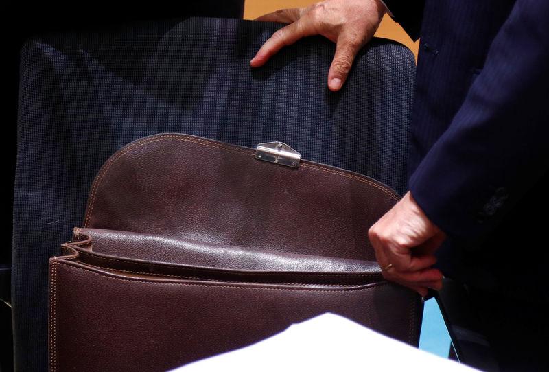 © Reuters. Il ministro dell'Economia Giovanni Tria apre la sua borsa da lavoro durante un meeting a Bruxelles