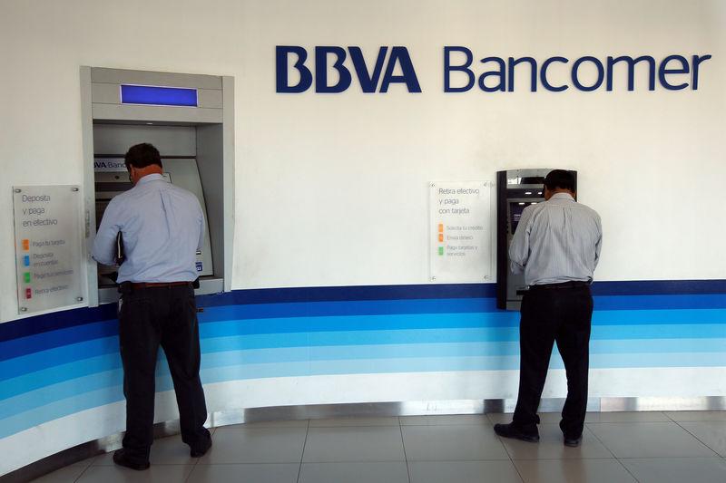 © Reuters. BBVA tropieza en bolsa ante propuesta de limitar comisiones bancarias en México