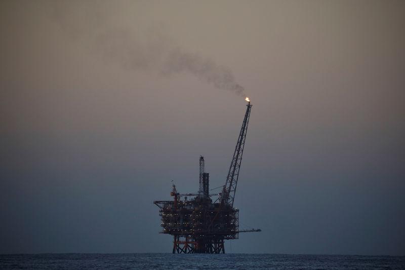 © Reuters. Нефтяная платформа в Средиземном море