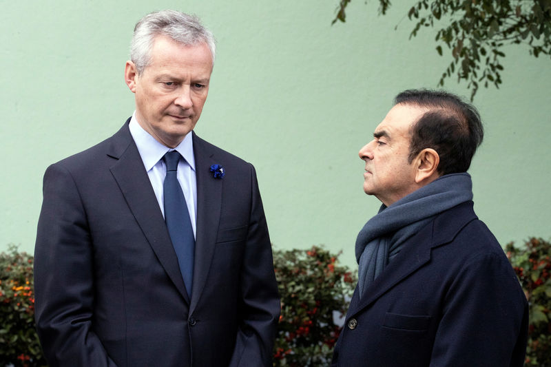 © Reuters. FILE PHOTO: French Economy Minister Bruno Le Maire and Renault CEO Carlos Ghosn wait for French President Emmanuel Macron for a visit of the Renault factory in Maubeuge