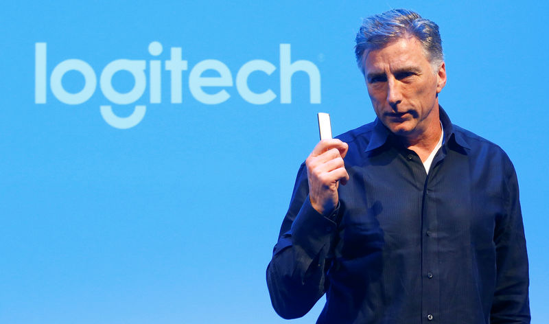 © Reuters. Chief Executive Darrell of the computer peripherals maker Logitech addresses news conference in Zurich