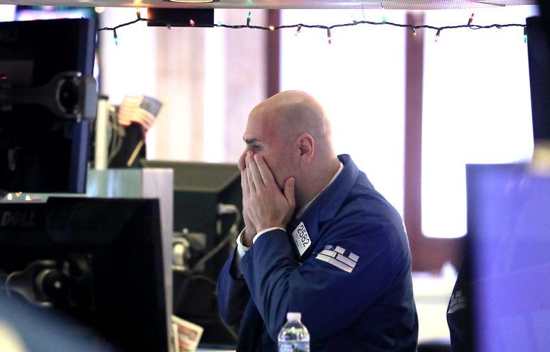 © رائٹرز. نیو یارک شہر نیویارک سٹاک ایکسچینج (NYSE) میں ایک تاجر فرش پر کام کرتا ہے