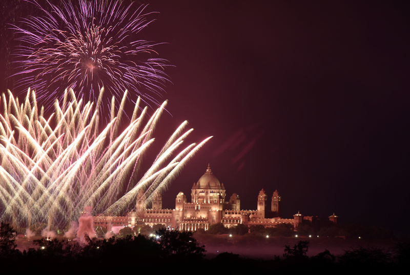 © Reuters. Fireworks explode in the sky over Umaid Bhawan Palace, the venue for the wedding of actress Priyanka Chopra and singer Nick Jonas, in Jodhpur