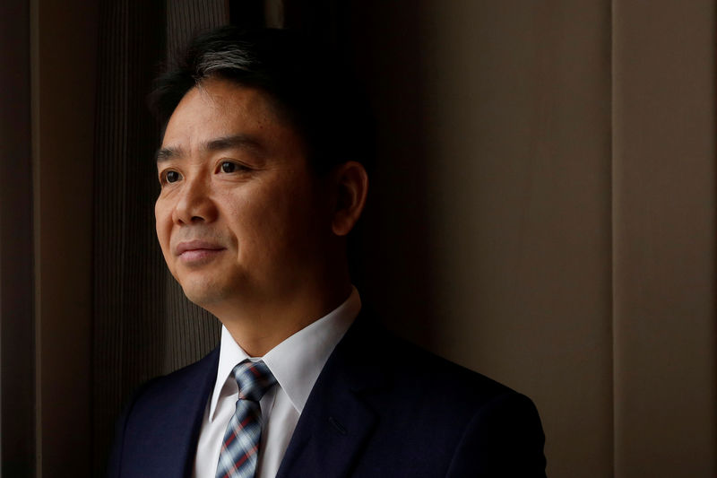 © Reuters. FILE PHOTO: JD.com founder Richard Liu poses during a Reuters interview in Hong Kong