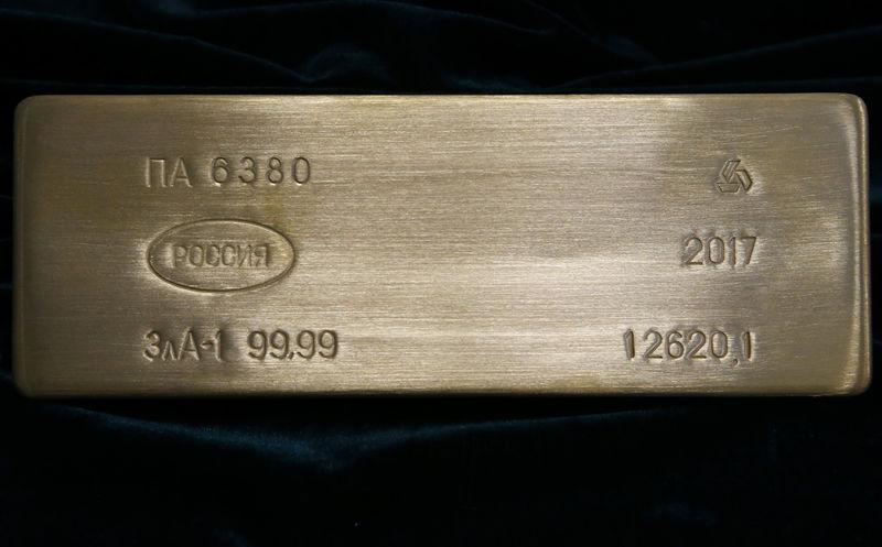 © Reuters. Слиток золота на заводе в Касимове