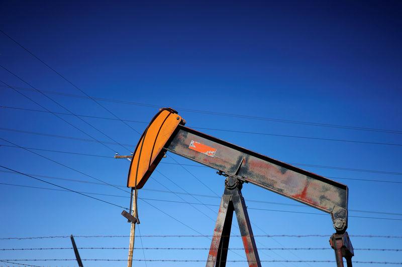 © Reuters. An oil well pump jack is seen at an oil field supply yard near Denver