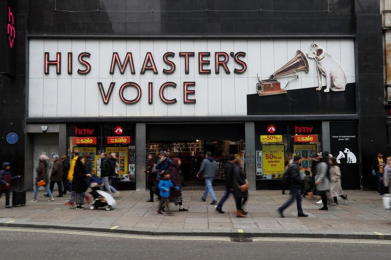 © Reuters. Pedestrians walk past an HMV shop in central London