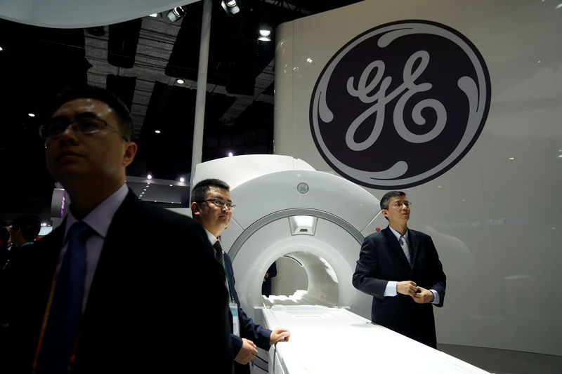 © Reuters. SHEET FILE: A sign of General Electric (GE) is seen during the China International Import Expo (CIIE), at the National Exhibition and Convention Center in Shanghai