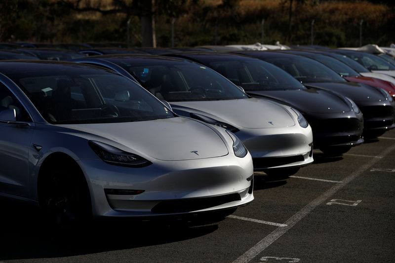 © Reuters. A number of new Tesla Model 3 electric vehicles are shown in a parking lot in Richmond, California