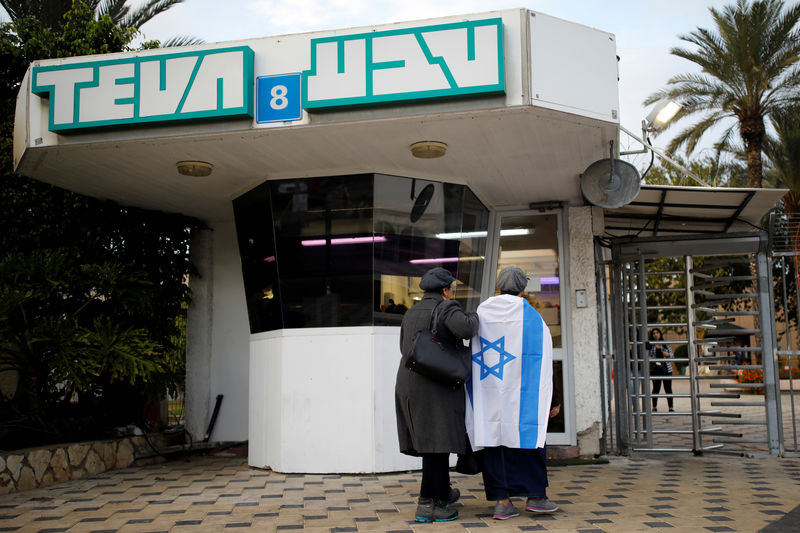 © Reuters. Workers of Teva Pharmaceutical Industries stand at the entrance to their facility in Ashdod, Israel