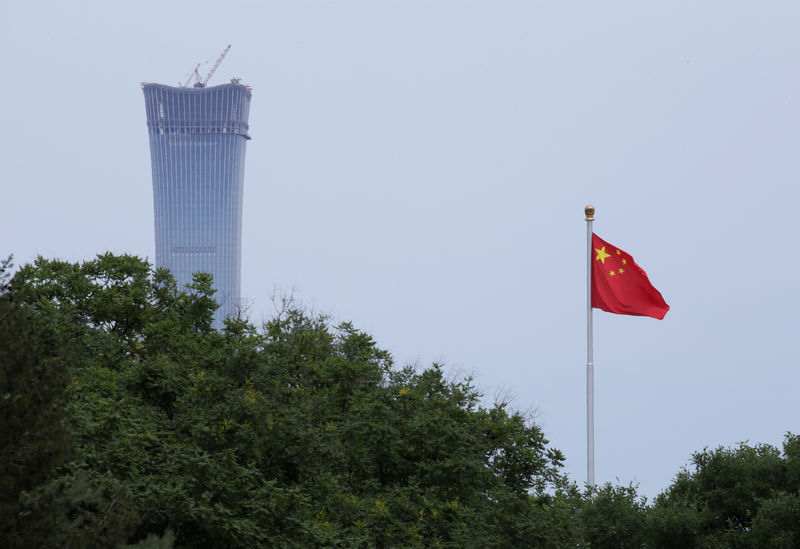© Reuters. A Chinese flag flutters at Tiananmen Square in central Beijing