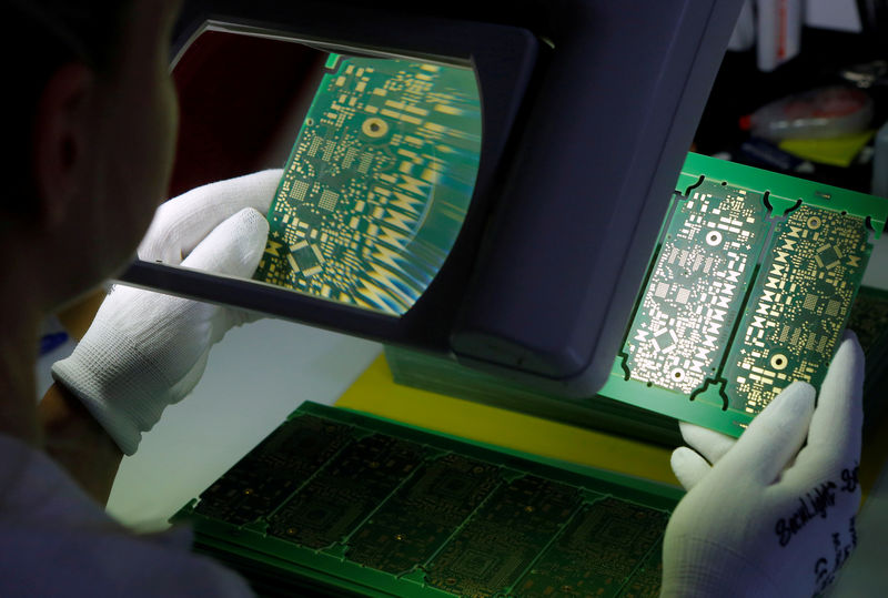 © Reuters. FILE PHOTO: A worker checks printed circuit boards PCBs at the production facility of Austrian PCB maker AT&S in Leoben