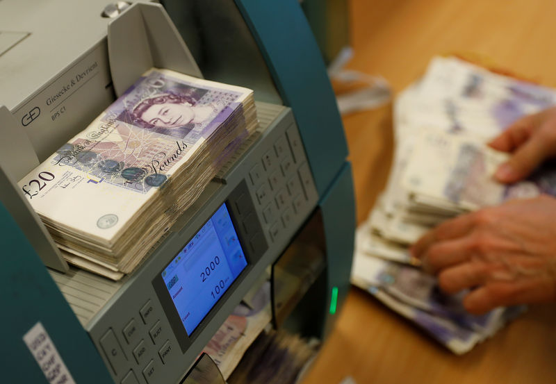 © Reuters. FILE PHOTO: British Pound Sterling banknotes are seen in a counter machine at the Money Service Austria company's headquarters in Vienna