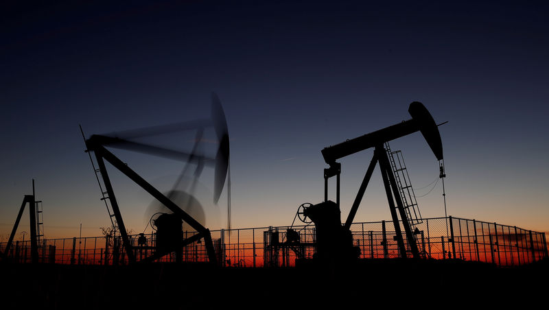 © Reuters. FILE PHOTO: Oil pumps are seen after sunset outside Vaudoy-en-Brie