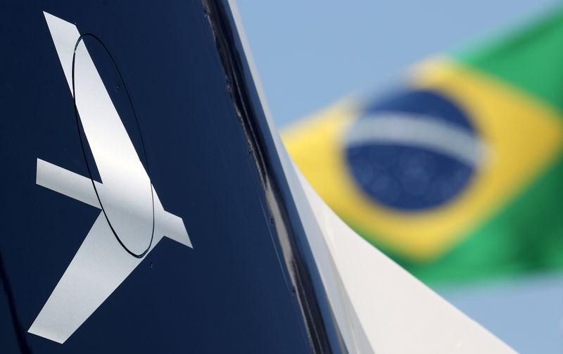 © Reuters. Logo da Embraer em feira do setor aéreo em São Paulo
