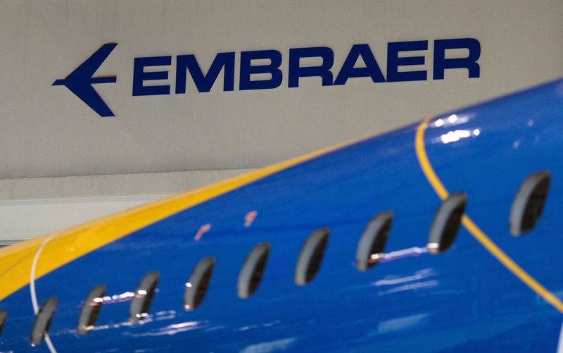 © Reuters. FILE PHOTO: The logo of Brazilian planemaker Embraer SA is seen at the company's headquarters in Sao Jose dos Campos