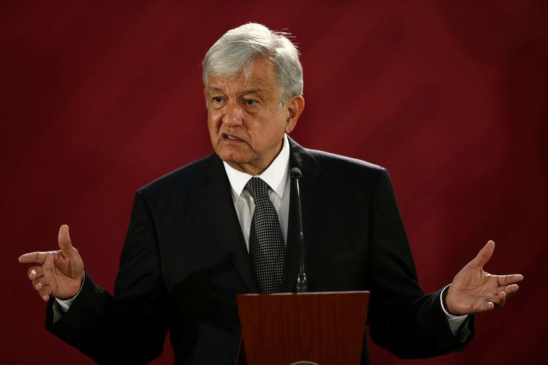 © Reuters. México para varias refinerías por problemas de distribución de combustibles