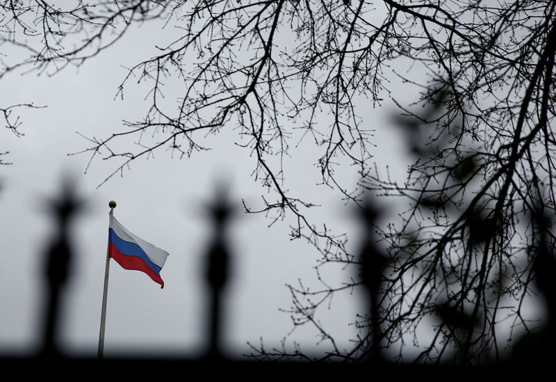 © Reuters. Флаг России на территории Генконсульства РФ в Сиэтле