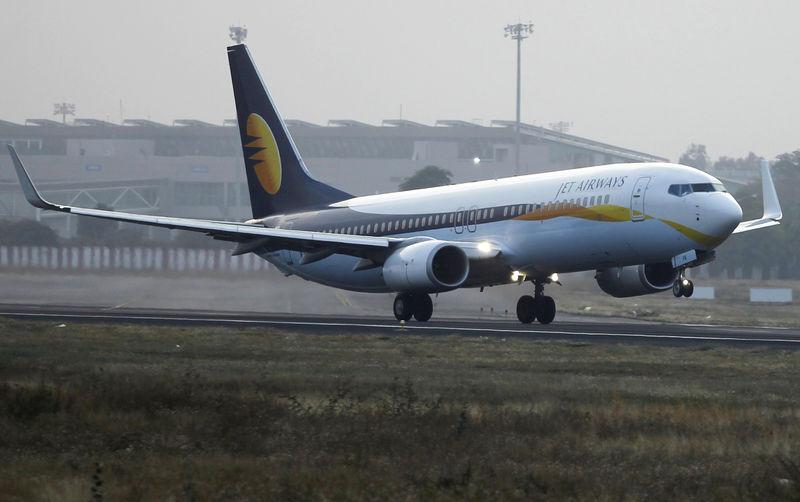 © Reuters. A Jet Airways Boeing 737 passenger plane takes off from Sardar Vallabhbhai Patel International Airport in Ahmedabad