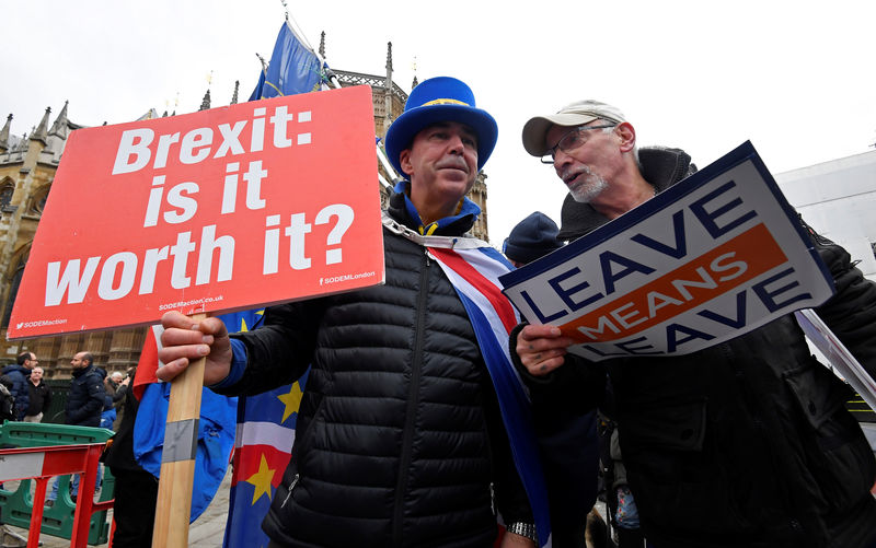 © Reuters. FILE PHOTO - Anti-Brexit protestor Bray remonstrates with a pro-Brexit protestor outside of the Houses of Parliament, in London