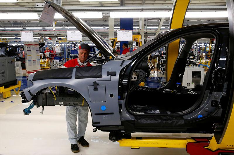 © Reuters. Cassino, la catena di montaggio dell'Alfa Romeo nello stabilimento Fca