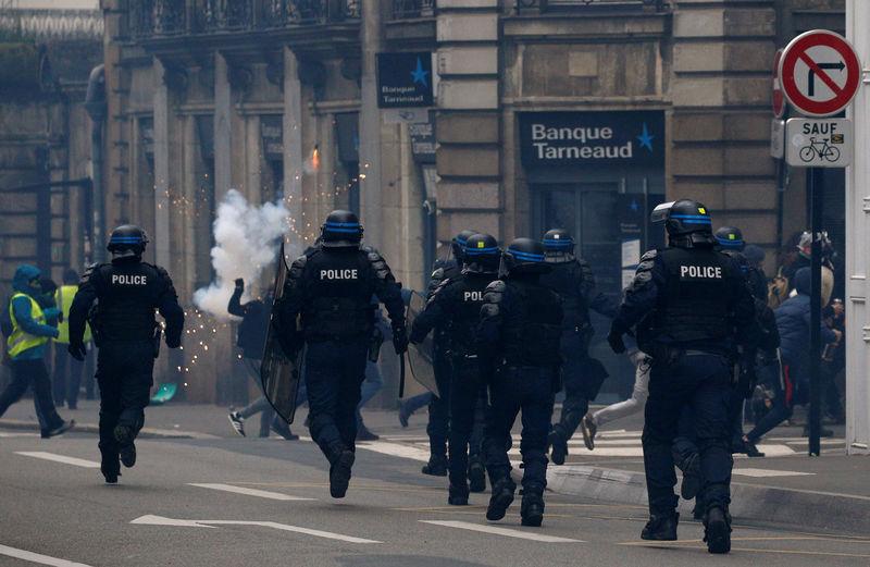 © Reuters. L'IGPN SAISIE DE 78 CAS PRÉSUMÉS DE VIOLENCES POLICIÈRES