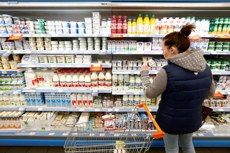 © Reuters. Покупательница в супермаркете Дикси в Москве