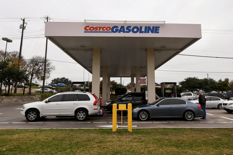 © Reuters. FILE PHOTO: Customers line up at a Costco gasoline station in Austin